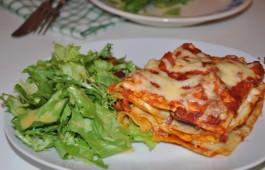 Lasagna z bakłażanem i sałatą z sosem winegret