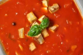 Gęsta zupa pomidorowo-paprykowa z tofu wędzonym
