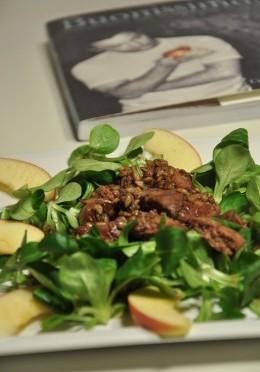 Sałatka z jabłkami i wątróbką w miodowym sosie