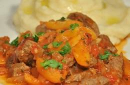 Wołowina z suszonymi morelami i puree ziemniaczano-selerowym