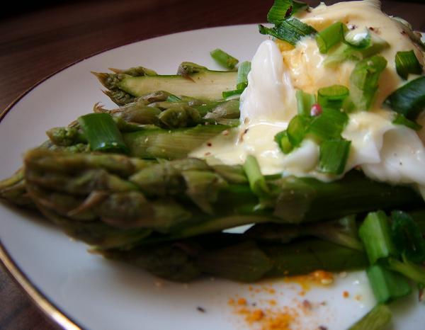 Szparagi z jajkiem w koszulce w sosie jogurtowym
