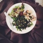 fasolka, pieczony łosoś z ziołami, sałata