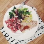 grillowany mintaj, pesto pomidorowe, sałata, sałatka z pomidorów, cebulki i papryki z jogurtem naturalnym