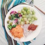 grillowany stek z tuńczyka, pesto pomidorowe, brukselka, sałata, surówka z marchewki
