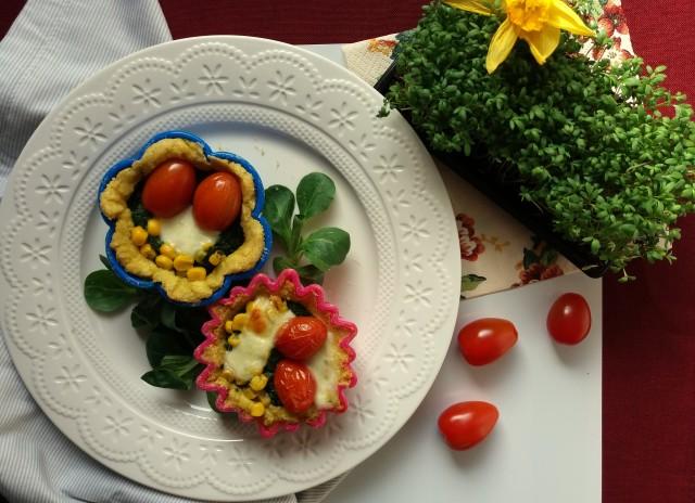 Mini tartaletki jaglane ze szpinakiem i pomidorkami