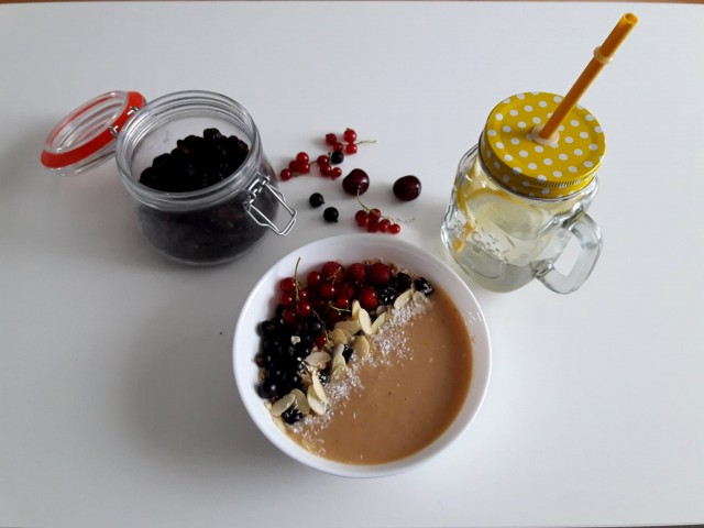 smoothie bowl bananono-brzoskwiniowe z ĺurawin• migdaąami, kokosem i porzeczkami