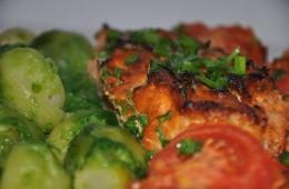 Łosoś z pesto z suszonych pomidorów